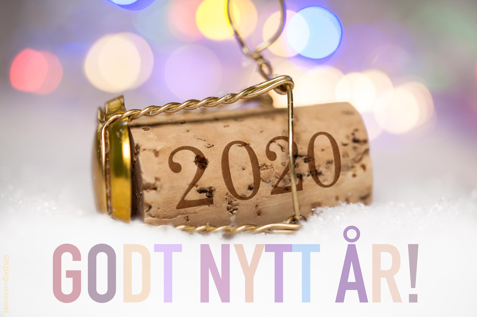 Nyttårshilsen i form av Champagne-kork med innpreget årstall 2020 og pastell «Godt nytt år» tekst.
