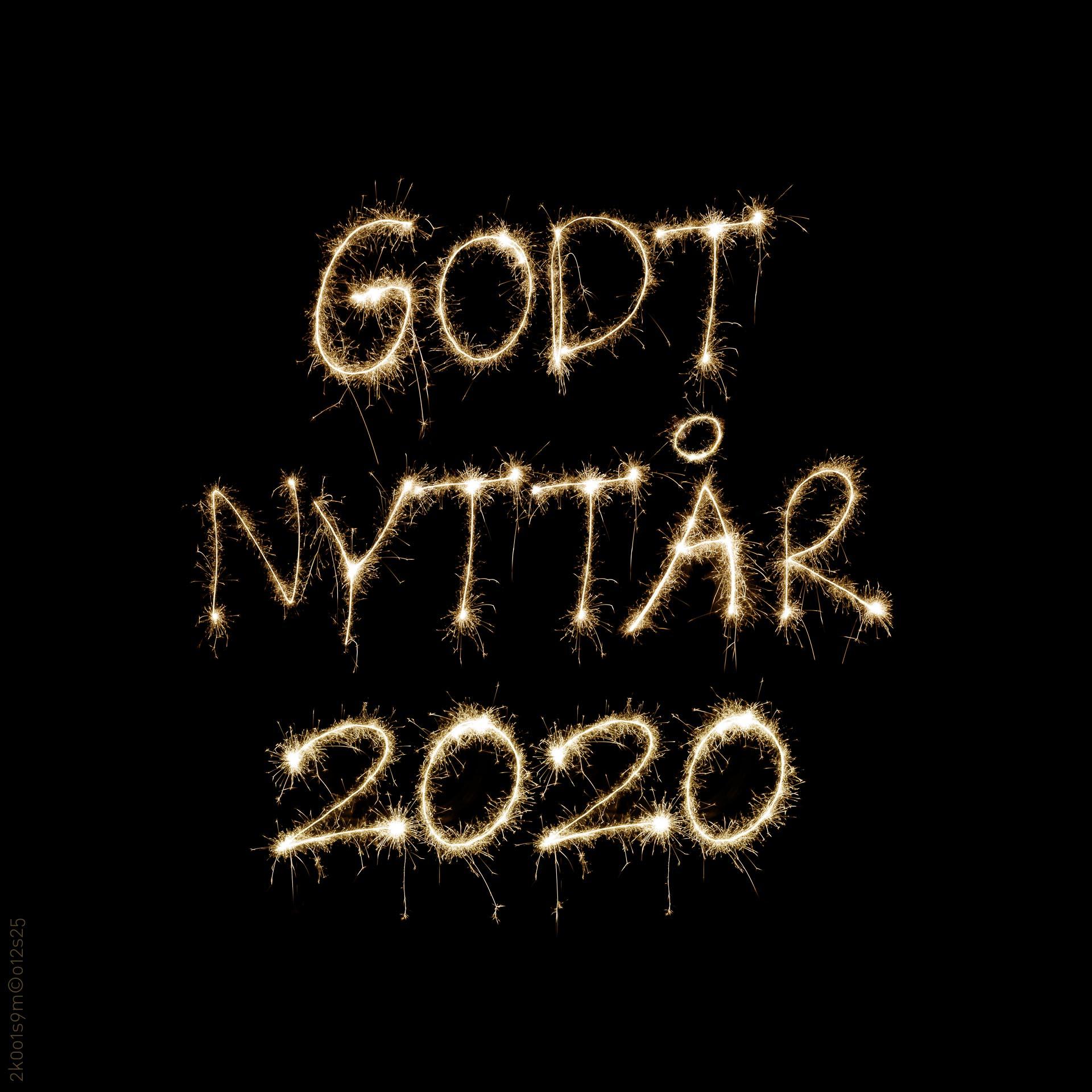 Godt nytt år-hilsen for år 2020, skrevet med stjernefyrstikk.