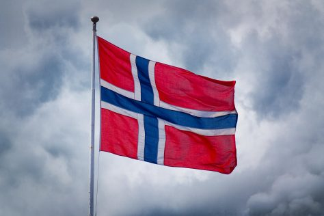 Norges flagg foran skyer