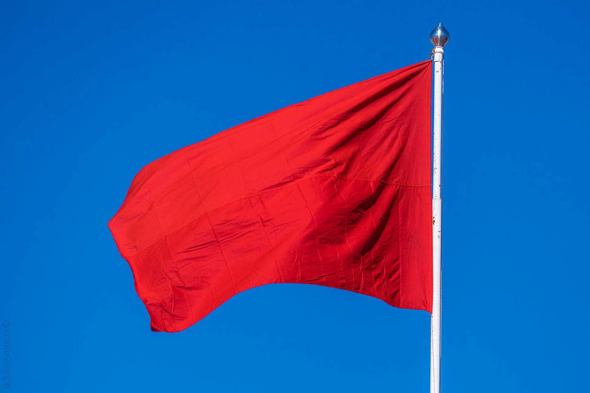 20160501-1390501-CopyrightRobinLund-Rødt-flagg-mot-blå-himmel
