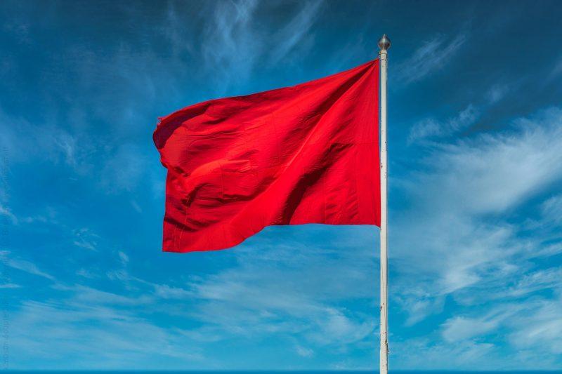 Rødt flagg, blå himmel.