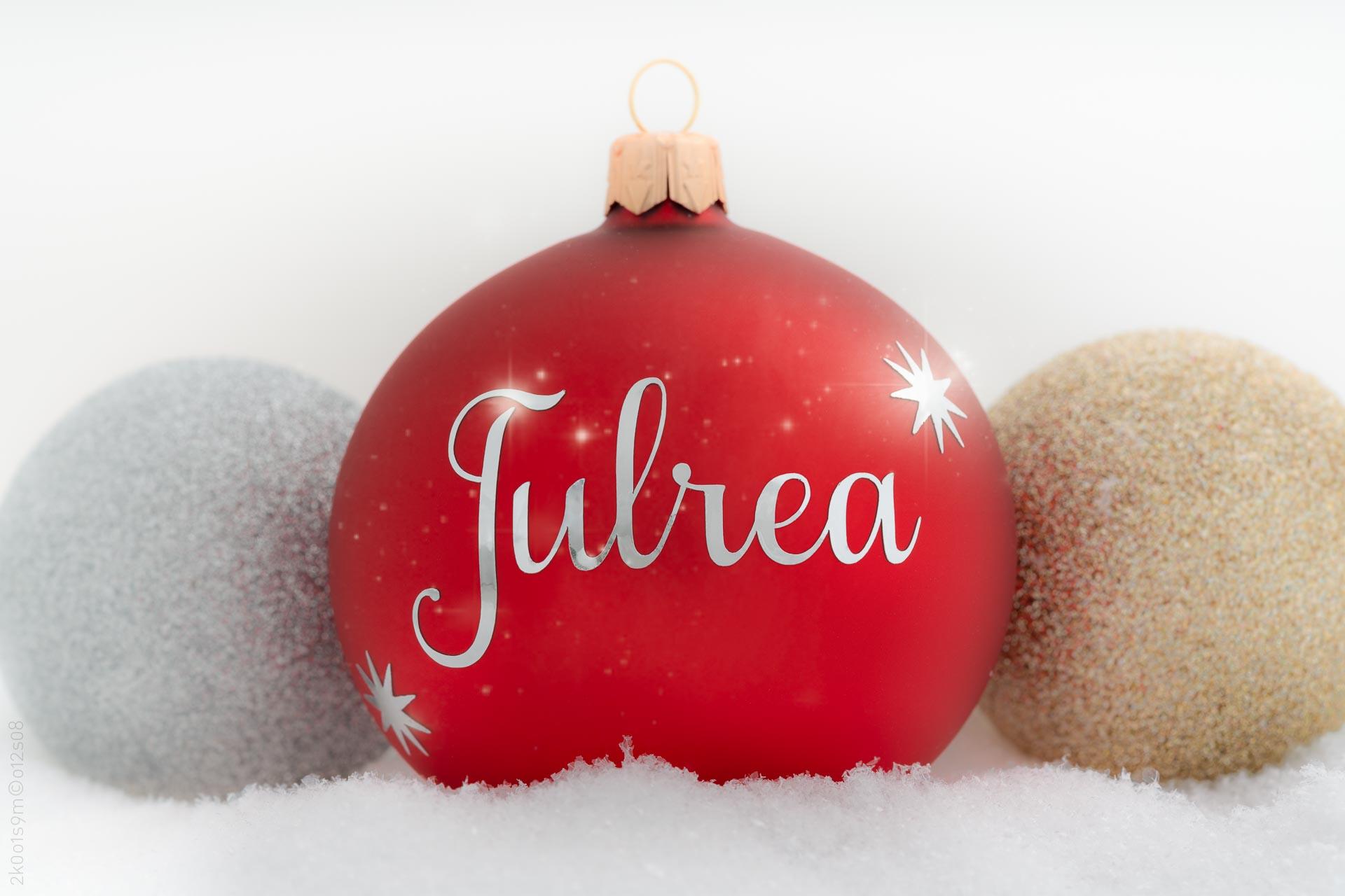 """Röd julkula med svensk text """"julrea"""". (Foto: Robin Lund"""
