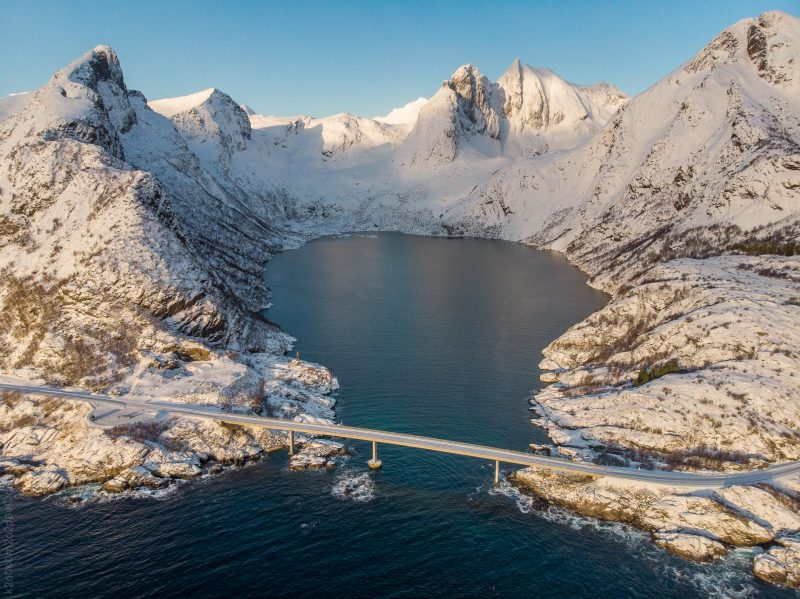 Djupfjordbrua er ei bru som krysser Djupfjorden i Moskenes kommune i Nordland. (Foto: Robin Lund)