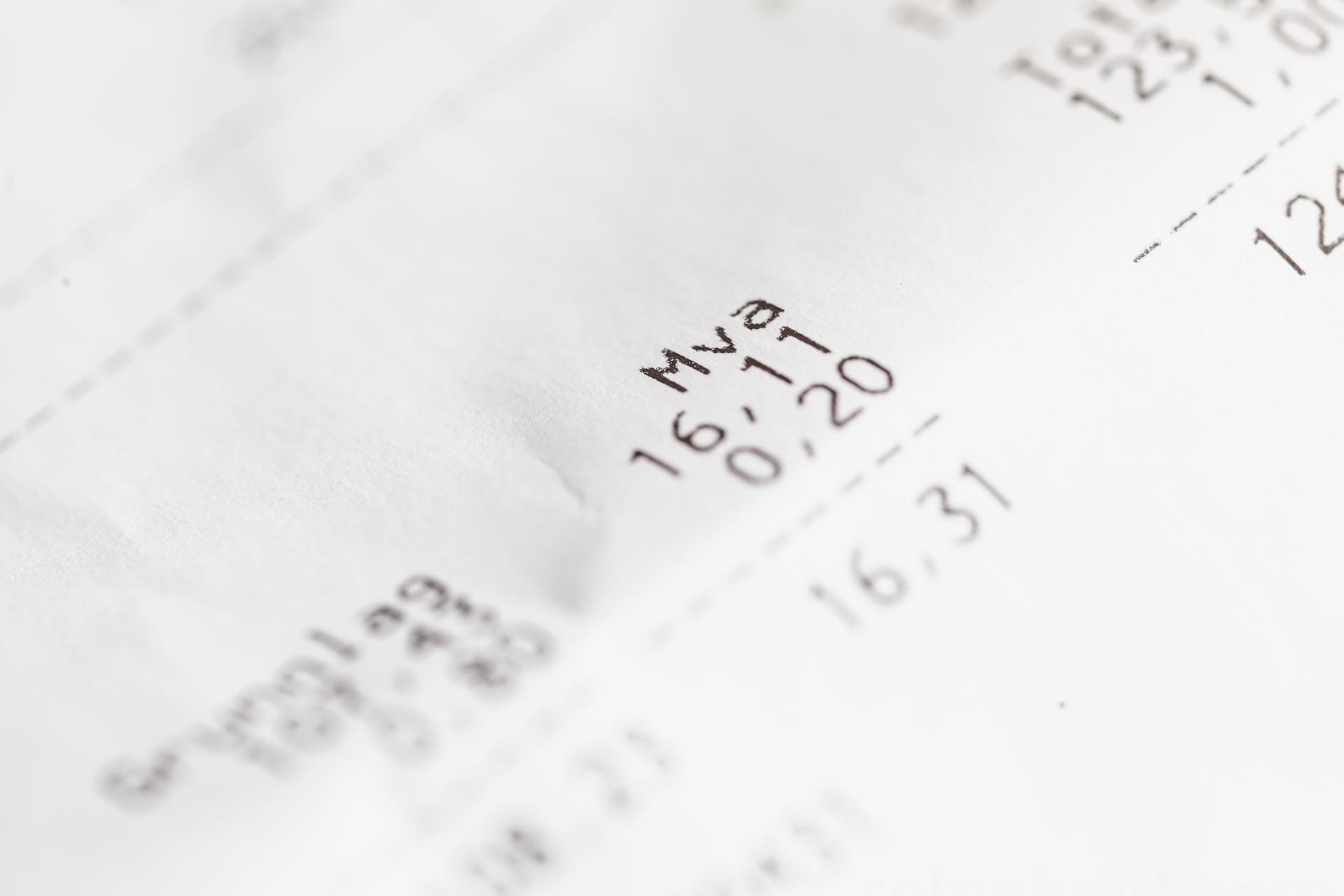 83f500d1 Moms spesifisert på kvittering etter butikkjøp. Selektiv fokus.  Merverdiavgift, også kalt moms, avgift som betales til statskassen på  omsetning av varer og ...